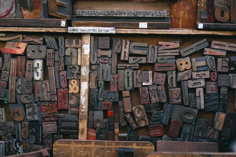 Blick auf Buchstabenformen von einem Buchdrucker